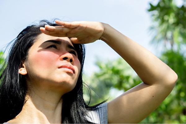 夏日炎炎,皮肤容易晒伤、老化、长皱纹,如何护肤?(Shutterstock)