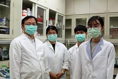 阳明交大生物医学影像暨放射科学系教授李易展(左)1及实验室学生。