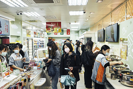 台湾便利商店密集度持续攀升,公平交易委员会20日公布最新调查指出,去年平均每平方公里就有0.34家店。