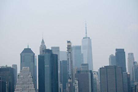 7月20日纽约市曼哈顿的天际线笼罩在阴霾之下。根据美国国家海洋和大气管理局的数据,来自西部的野火烟雾已经抵达大纽约三州地区,造成能见度下降,许多地区出现黄色雾霾。