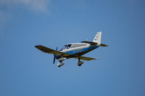 首次單飛時飛機失去動力 菜鳥飛行員鎮定迫降
