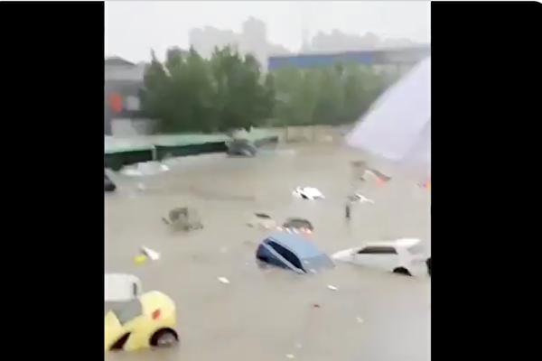 视频(1): 郑州大水漫灌 市民惨死或被卷走