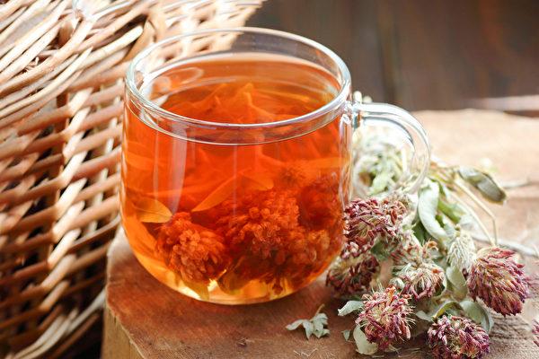 用紅花苜蓿、紫花苜蓿等泡一杯芳香藥草茶,更年期期間飲用可改善症狀。(Shutterstock)