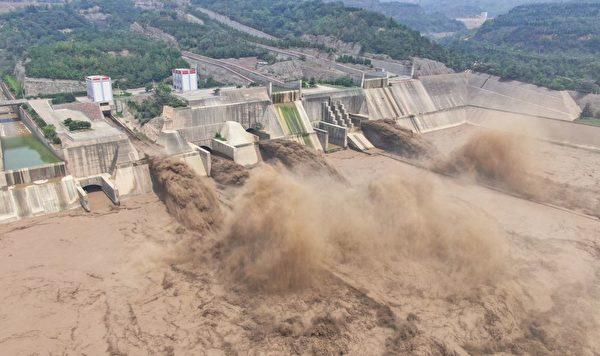 7 月 5 日拍攝的照片顯示,河南省洛陽小浪底水庫的大壩正在放水。(STR/AFP via Getty Images)