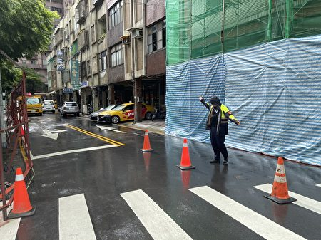 強風吹襲大樹橫倒,桃園警封路協助救災。