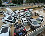 視頻:鄭州洪水後一片狼籍 屍體橫臥街頭
