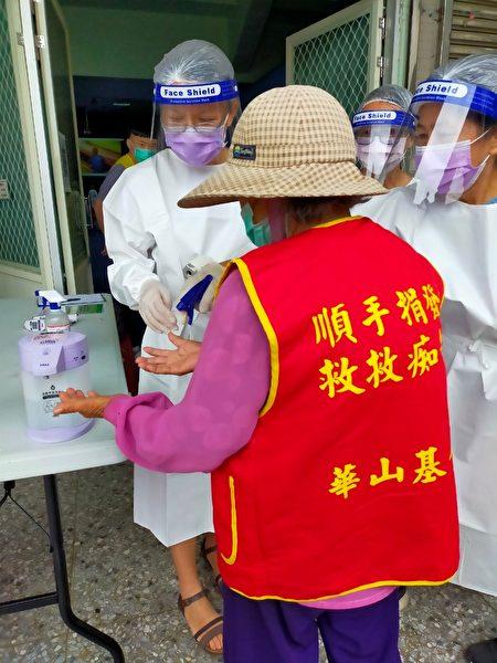 協助嘉義92歲陳阿嬤接種中共病毒(俗稱新冠肺炎)疫苗。