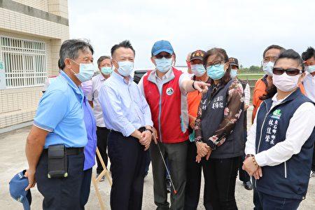 烟花颱風來勢洶洶,嘉義縣長翁章梁22日視察水利防汛整備情形。