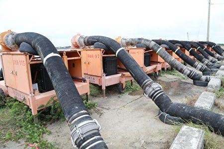 烟花颱風來勢洶洶,嘉義縣長翁章梁22日視察水利防汛整備情形,圖為大批一字排開的移動式抽水機整備與部署情形。