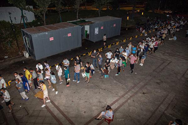 7月21日,南京居民連夜排隊進行病毒核酸檢測。(STR/AFP via Getty Images)