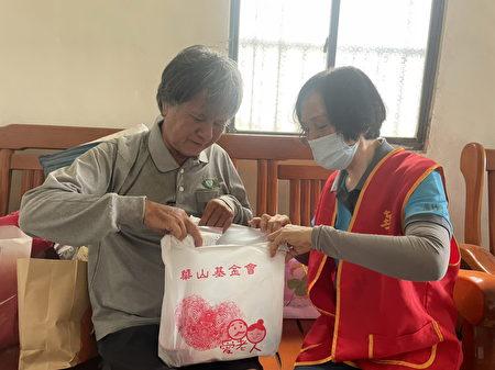 華山基金會呼籲利用官網線上捐款、行動支付、超商機台等方式,疫起助老,讓愛延續。