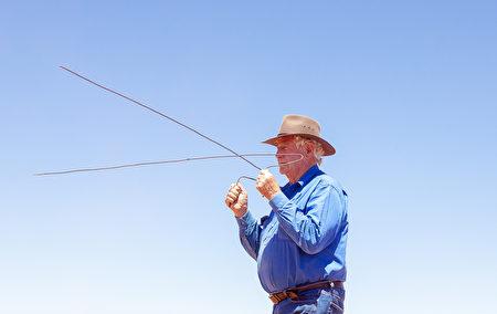 應對乾旱 美國農民請「水巫」用古法找水源