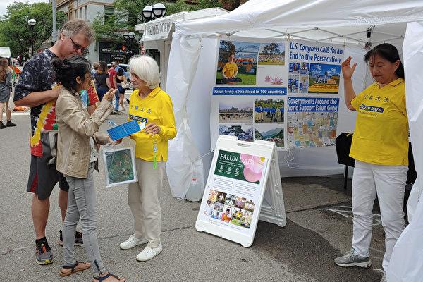 密西根法輪功學員安娜堡藝術節傳真相 民眾支持