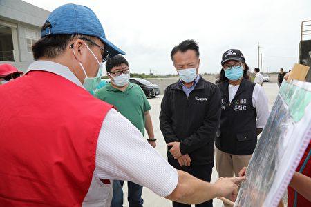 嘉义县长翁章梁(右2)23日视察布袋地区抽水站、滞洪池和移动式抽水机等防洪设施,并听取水利整备简报。