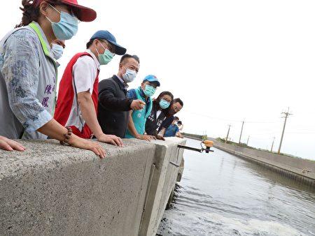 嘉义县长翁章梁(左3)23日由布袋镇长陈凤梅(左1)等人陪同,视察布袋地区排水沟渠与抽水站、滞洪池和移动式抽水机等防洪设施。