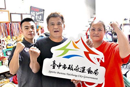 杨勇纬夺下台湾奥运柔道队史上首面银牌,母亲杨秀凤(右起)、父亲许鸿明及弟弟杨爵弟都齐聚在后里家中为杨勇纬加油。