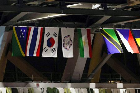 东京奥运23日晚间在日本新宿国立竞技场举行开幕式,主场馆内高挂参赛各国旗帜,中华队也不例外。