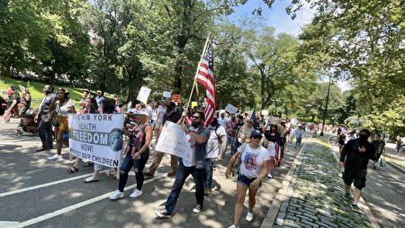 7月24日,纽约市有数百人在中央公园游行集会,反对强制打疫苗等疫情强制措施。