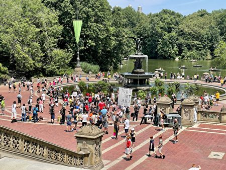 7月24日中午,纽约市民陆续来到中央公园的毕士达喷泉(Bethesda Fountain)集合,准备参加游行集会。