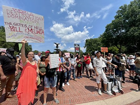 市民游行前举着标语集合。