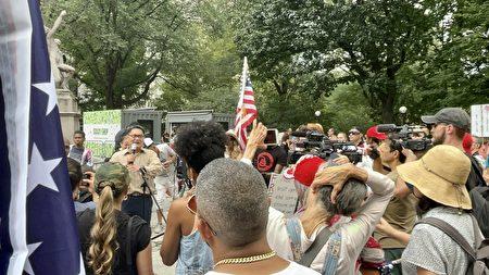 7月24日,邵俊(左二)在中央公园的集会现场呼吁美国民众应认清中共是自由的最大敌人。