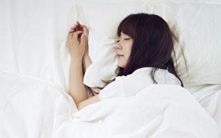 睡前做側躺畫圓的動作,可讓身體放鬆,提升睡眠品質。(Shutterstock)
