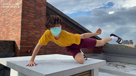 """Dance+with+ME""舞蹈接力影片计划,舞者将居家住所的各处化为舞蹈拍摄的场景(截自舞者许志恒."