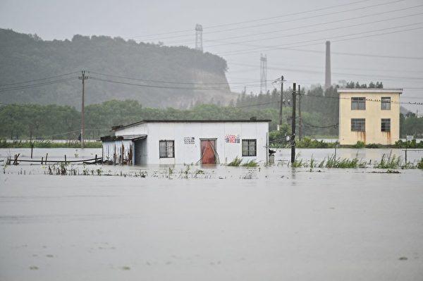7月26日,浙江寧波市附近的餘姚市遭遇洪水。(Hector Retamal/AFP via Getty Images)