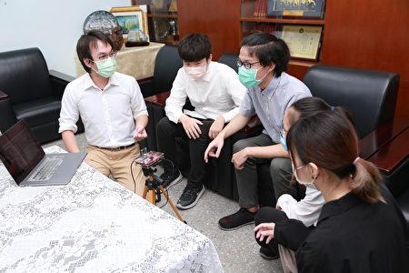 侨光科大资科系陈纪翰指导老师与参与研究工作的学生。