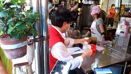林右昌享用廟口美食。