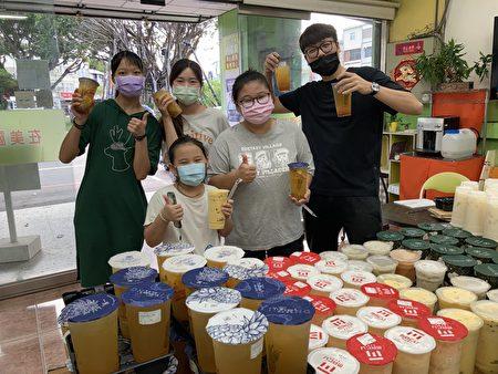 庆祝郭婞淳夺金,台东立委刘櫂豪购买236杯饮料送给台东乡亲同庆。