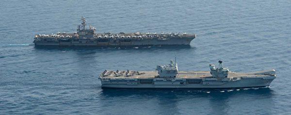 7月13日,英国海军的伊丽莎白女王号(HMS Queen Elizabeth,近处)航母与美军的里根号航母(CVN-76)在亚丁湾共同演练。英国航母上的两个独立舰岛清晰可见。(美国海军)