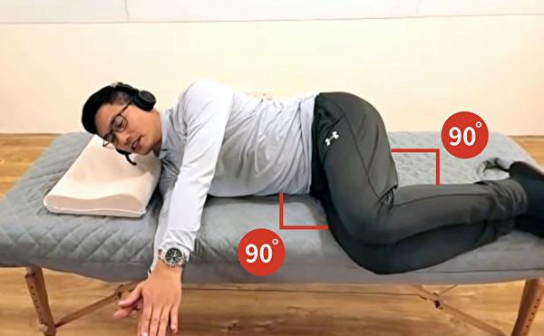 預備動作是先側躺,再彎曲身體。(健康1+1/大紀元)
