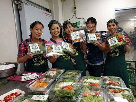 """""""切好好""""社会企业协助许多失业妈妈,利用零碎时间从事截切蔬菜劳务。"""