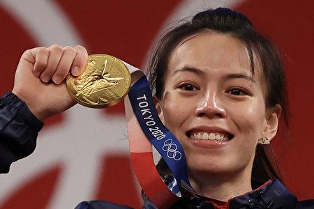 郭婞淳在東京奧運女子舉重59公斤級賽事拿下金牌。