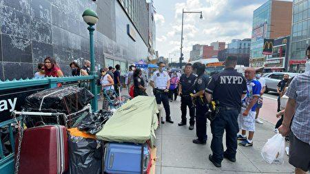 7月28日中午,法拉盛缅街突然出现了警察和别的执法人员来查物证摊贩,一些摊贩立马把桌面的货物全都装进行李袋中,只剩下空空的桌子。