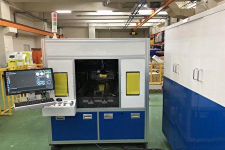 """工研院协助盟立完成的""""车载3D曲面仪表玻璃量测技术"""",采用运动平台搭配雷射光学深度感测器,可依据玻璃的尺寸弹性化的撷取表面轮廓资料,每一片曲面玻璃的量测时间仅需3分钟。"""