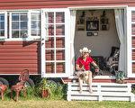 組圖:無力承擔貸款 西澳女拖車上造微型房