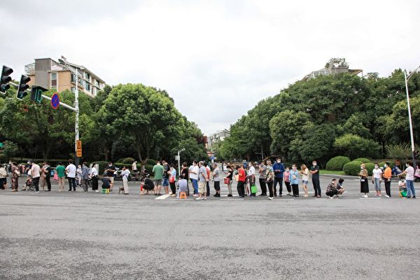 7 月 29 日,南京市民仍然在排隊接受核酸檢測。 (STR/AFP via Getty Images)