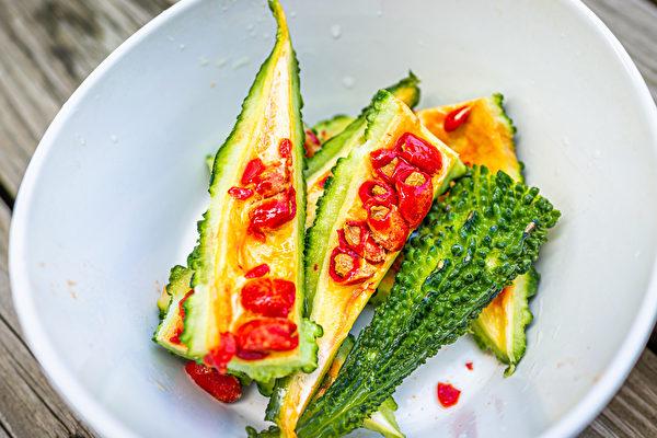 苦瓜加苦瓜籽一起煮,可平衡性味,還可攝取到苦瓜籽的營養。(Shutterstock)