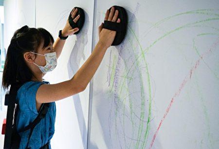 展覽邀請觀眾使用非典型的筆墨工具──如自己的手、腳、身體,盡情揮灑線條的無限。