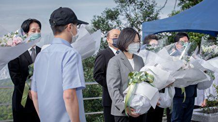 总统蔡英文与副总统赖清德30日前往五指山国军示范公墓,向李前总统追思致意。