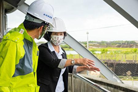 林姿妙县长视察水利设施。