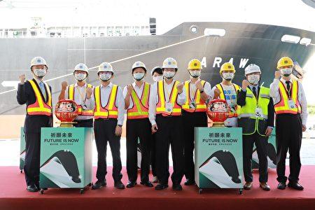 台铁局购入的首批EMU3000新型城际列车于30日抵台,并花莲港8号码头进行列车卸船作业。