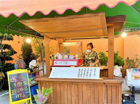 台灣疫情升溫,餐廳嚴禁內用,為了開源節流,劉蓉諭在餐廳旁搭棚外賣炸雞。