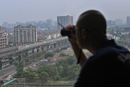 私家偵探由於在猎狐行动中发挥的作用越来越大,受到联邦调查局关注,尤其是在華人社區會講中文的調查員。圖2020年6月12日一名負責調查涉嫌不忠行為的私家偵探在上海,與本案無關。
