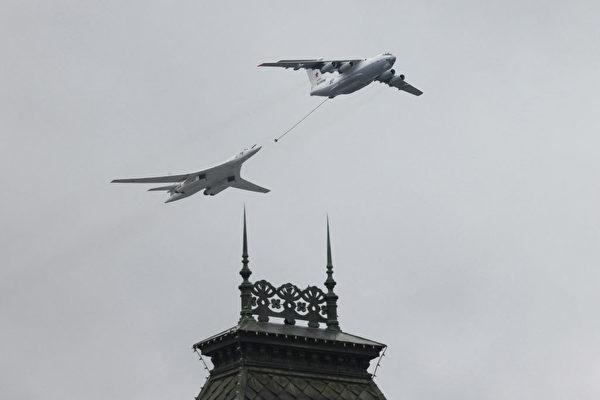 2021 年 5 月 9 日,莫斯科广场的阅兵期间,俄罗斯的Tu-160 战略轰炸机和 Il-78 空中加油机飞越莫斯科市中心上空。(Dimitar Dilkoff/AFP via Getty Images)