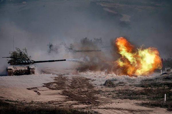 2020 年 9 月 23 日,俄罗斯军队的 T-72-B3 坦克在南部拉耶夫斯基靶场的演习中。(Dimitar Dilkoff/AFP via Getty Images)
