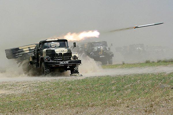 2012 年 6 月 10 日,俄罗斯、中共军队和中亚等国家军队在塔吉克斯坦共同演习,俄制多管火箭系统正在发射。(STR/AFP/Getty Images)