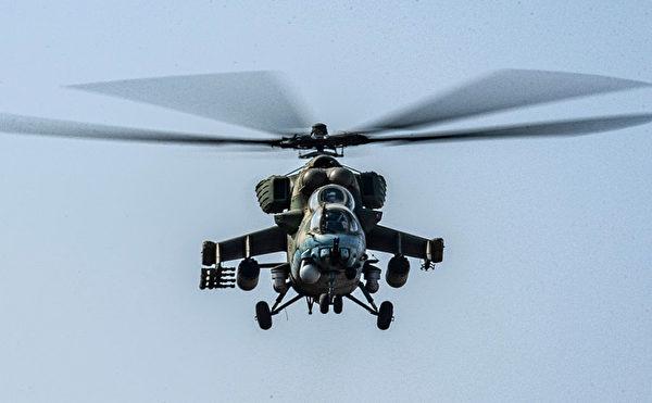 2020 年 11 月 30 日,一架俄罗斯的Mi-24武装直升机在叙利亚东北部哈塞克省与土耳其接壤的地区现身。(Delil Souleiman/AFP via Getty Images)